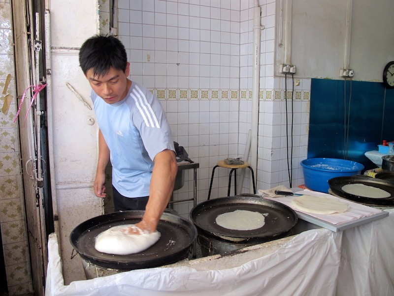 making popiah skin